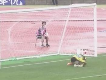 Goleiro entrega a rapadura em chute de antes do meio de campo no Japão