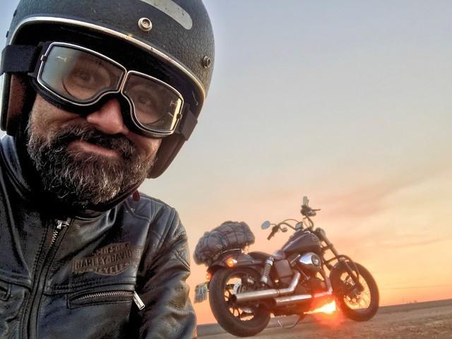 Conheça o brasiliense que vai de moto até o Alasca para pintar pessoas pelo mundo