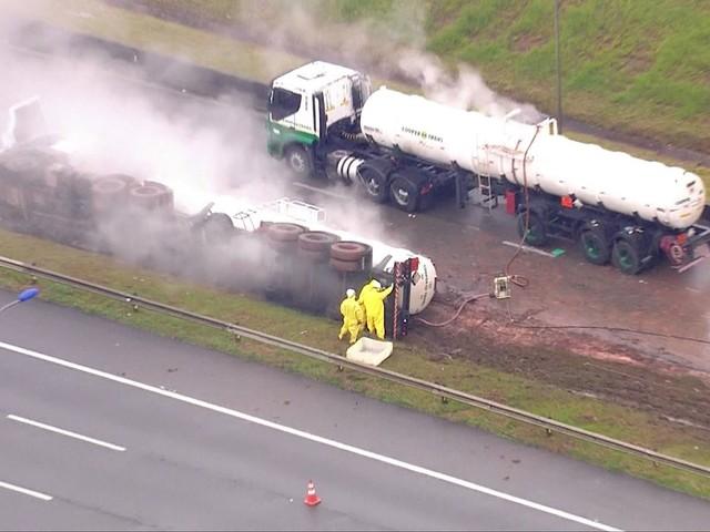 Caminhão com substância corrosiva tomba no trecho Sul do Rodoanel e interdita rodovia