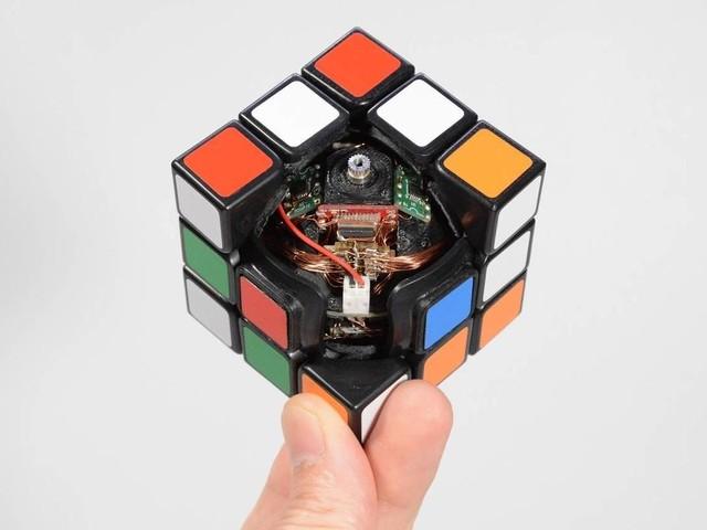 Japonês cria cubo mágico que se resolve sozinho