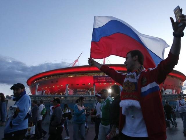 Cerveja, celular, cantoria e 'ola' desengonçada: russos aprendem a torcer na Copa