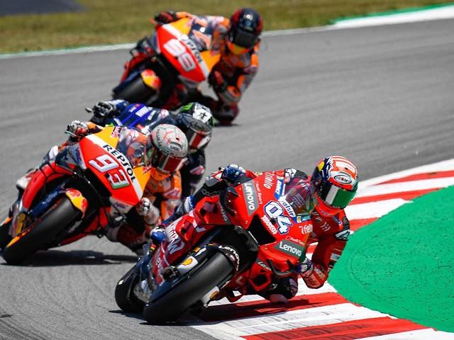 Márquez escapa de incidente e aumenta liderança na MotoGP