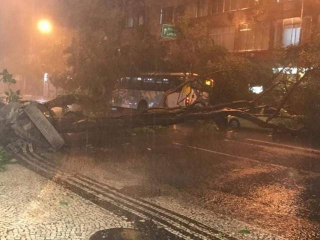 Estágio de crise: prefeitura do Rio emite alerta pedindo que pessoas fiquem em casa devido à chuva