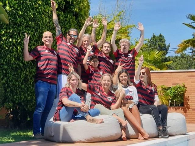 Jorge Jesus veste família com camisa do Flamengo antes de despedida em Portugal