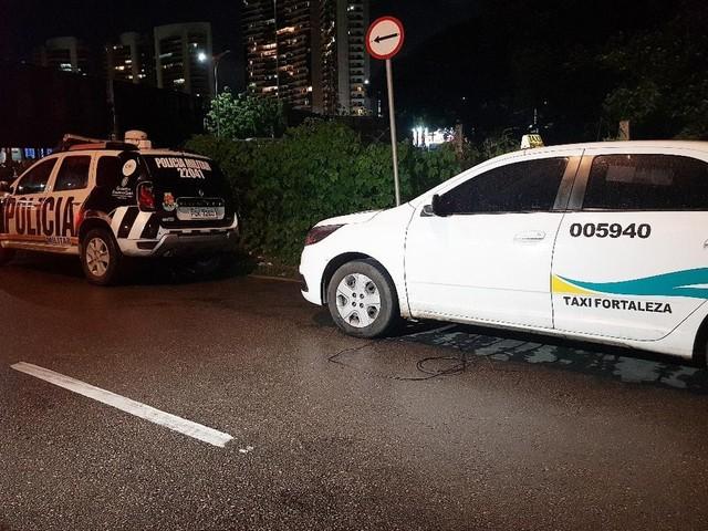 Criminosos rendem taxista e amarram no porta-malas para assaltar arma de vigilante em shopping de Fortaleza