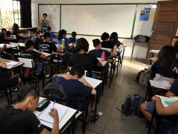 Estado faz parceria para tirar educação do vermelho, mas rebaixa metas