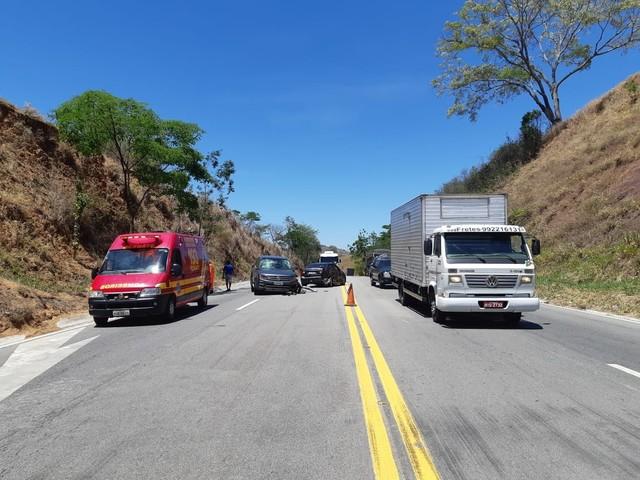 Carro colide contra caminhão e caminhonete na BR-116, em Teófilo Otoni