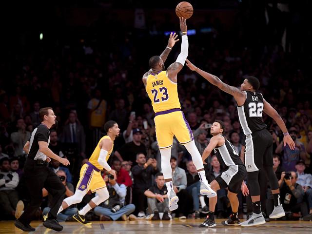 Lakers perdem para Spurs na prorrogação e seguem sem vencer na NBA