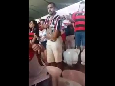 Torcedor tricolor rasga camisa do Fluminense após derrota para o Flamengo