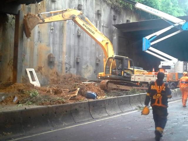 Mais de 150 toneladas de concreto e terra foram retirados do Túnel Acústico, diz Crivella