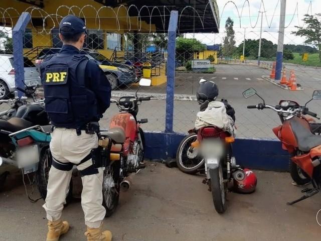 Idoso de 88 anos é flagrado pilotando moto sem CNH na BR-452, em Itumbiara