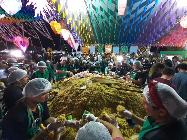 'Maior paçoca do mundo' é servida de graça e bate novo recorde no tradicional arraial de Boa Vista