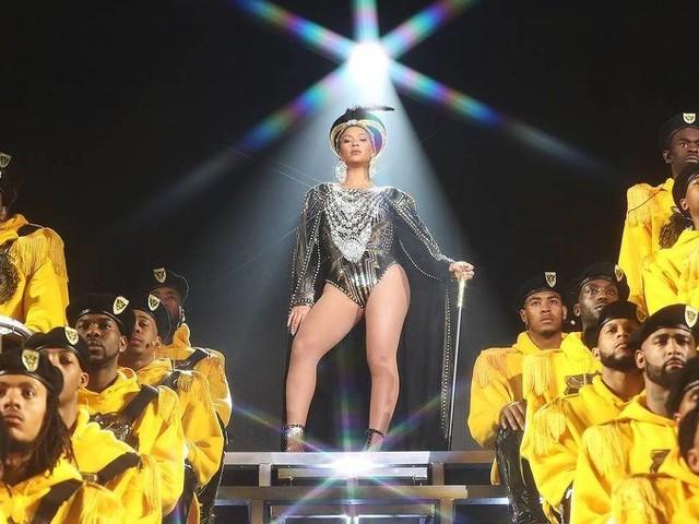Beyoncé retornaaos palcos após gêmeos e faz história em Coachella com show inesquecível