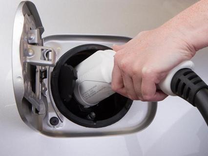 Elétricos serão mais baratos que carros a gasolina em dez anos
