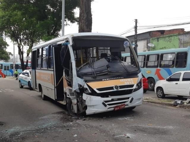 Acidente entre van e ônibus deixa passageiros feridos no Centro de Fortaleza