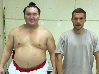 Lucas Podolski conhece um dos ícones do sumo, Hakuho Sho, e posta foto