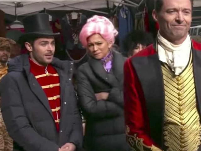 Zac Efron, Zendaya e Hugh Jackman apresentam musical no meio da rua em Nova York
