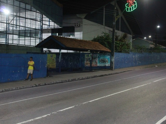 Adolescente morre baleado em ponto de ônibus em Manaus