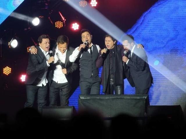 Leonardo é surpreendido com homenagem a Leandro no início da turnê Amigos em BH