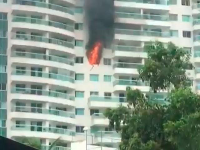 Incêndio atinge apartamento de prédio no Caminho das Árvores; veja vídeo