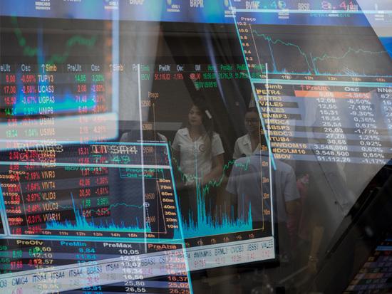 Bolsa sobe 1,3% e volta a fechar semana no azul; dólar tem queda