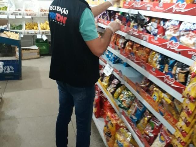 Mais de 1,5 mil produtos vencidos são apreendidos pelo Procon em supermercados