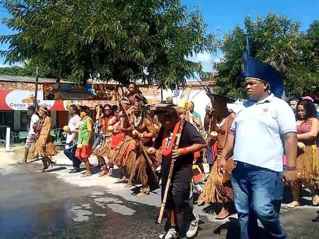 Após decisão da Justiça, indígenas protestam para tentar impedir demolição de escultura histórica no sul da BA