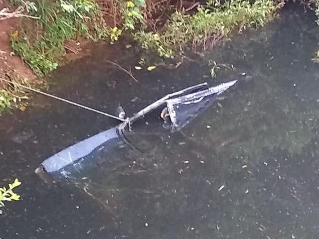 Homem e mulher morrem após carro cair dentro de rio no Oeste de SC