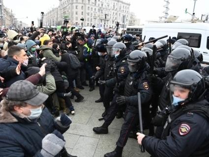 Governo russo reprime protestos e aponta interferência dos EUA
