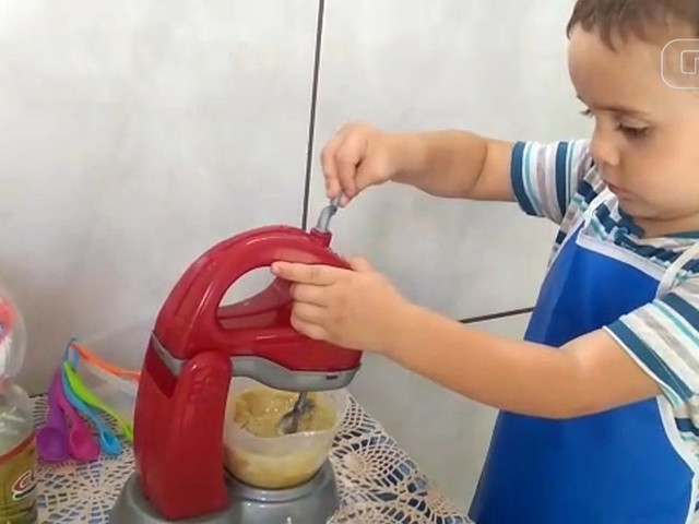 Menino de 3 anos vira 'mini chef' e ajuda a mãe a fazer bolos para vender: 'Ficamos juntos o tempo todo'