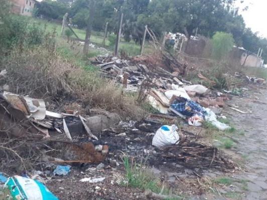 Em São Leopoldo, descarte irregular transforma terreno baldio em lixão