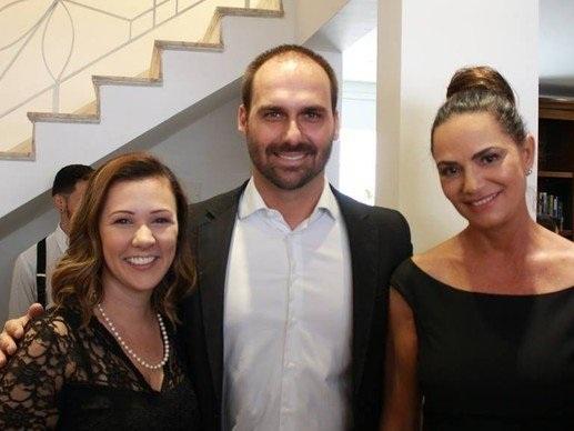 """Luiza Brunet agradece apoio de """"homem bonito"""" como Eduardo Bolsonaro"""