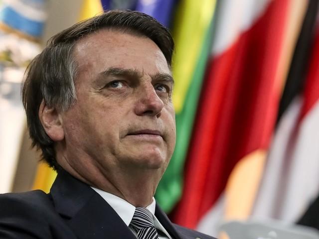 """""""Se eu te chamar de feia agora, acabou o mundo"""", diz Bolsonaro à jornalista"""