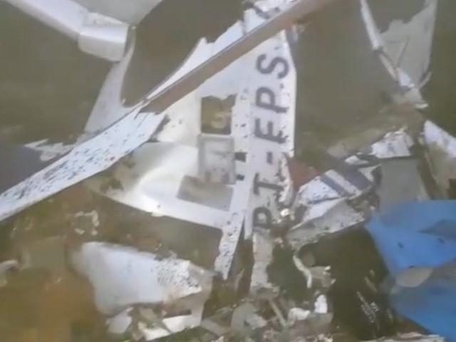 Bombeiro faz operação para resgatar corpos das seis vítimas de queda de helicóptero