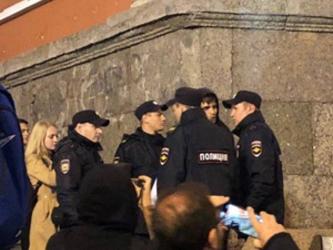 Torcida russa faz festa com buzinaço e sinalizador é reprimido pela polícia