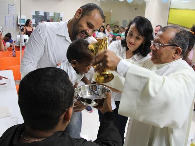 Crianças em tratamento de câncer são batizadas dentro do Hospital Oncológico Infantil
