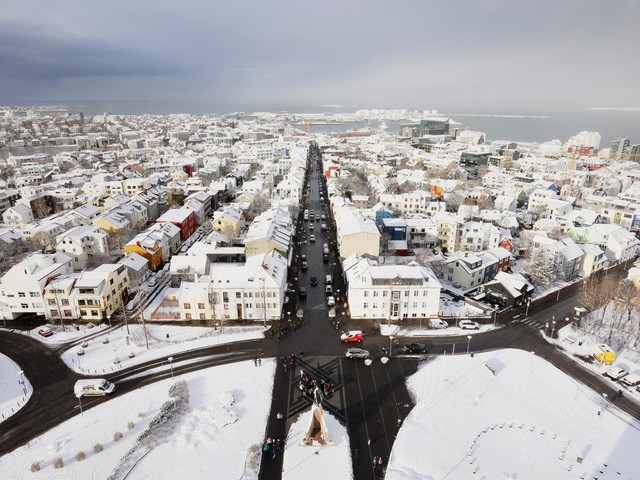 Islândia, a noiva feliz que arrasta o véu