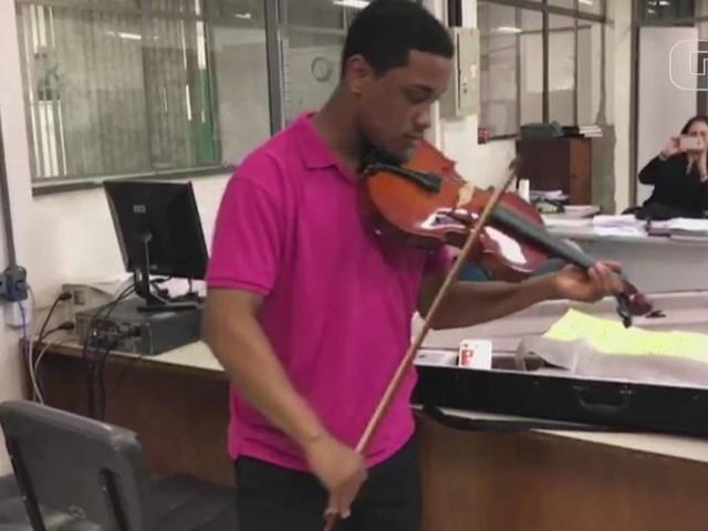 Brigada Militar recupera viola de arco roubada de músico que toca nas ruas de Porto Alegre