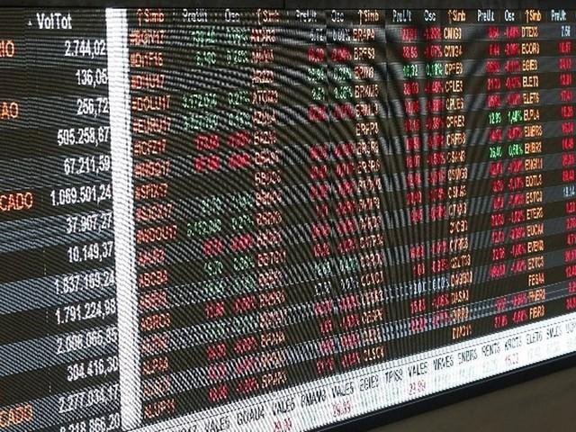 Com otimismo no exterior, Bolsa chega aos 100 mil pontos, mas recua; dólar cai e vale R$ 3,81