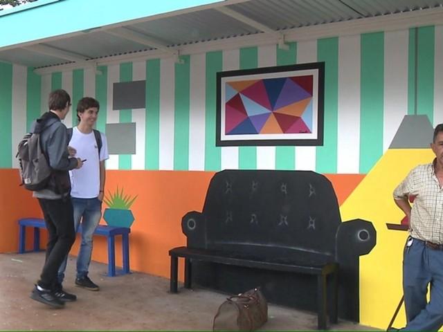 Empresária transforma ponto de ônibus com pinturas, em Cambé: 'Mais colorido e agradável'