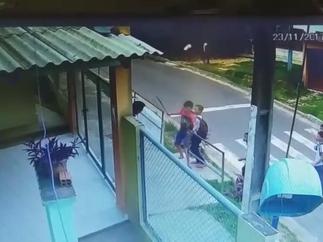 Vídeo mostra estudante de 14 anos sendo agredido a pauladas em frente de escola no interior do AC