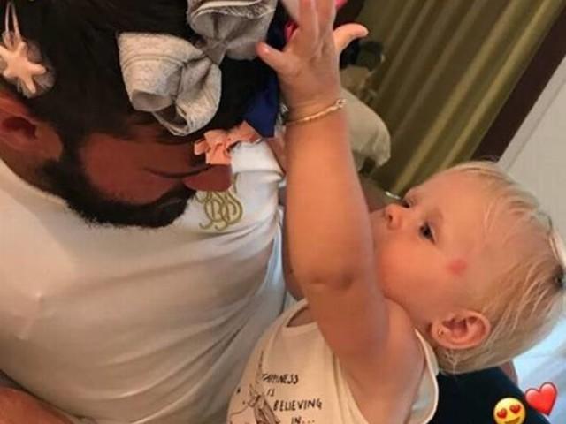 Goleiro Alisson Becker aparece de lacinhos na cabeça durante férias: 'Pai de menina'