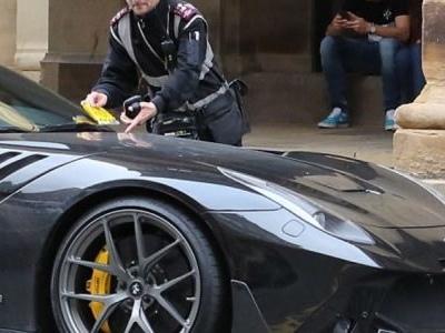 Jogador do City para Ferrari de R$ 1 mi em ponto de táxi e leva multa