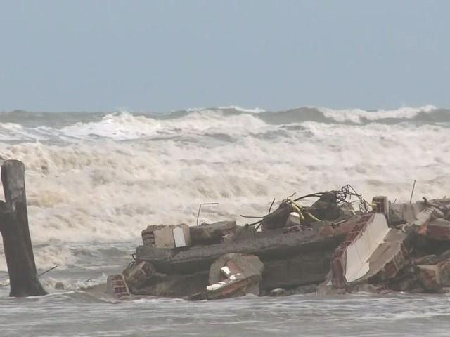 Mudança no tempo provoca ressaca e estragos em Ilha Comprida, SP
