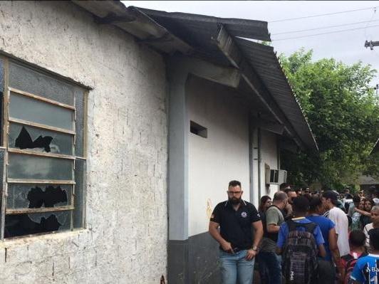 Moradores de Porto Alegre quebram vidros de delegacia após boato de que sequestrador estaria preso
