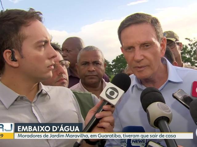 'Estamos passando pela emergência', diz Crivella, ao acompanhar início de dragagem no Jardim Maravilha