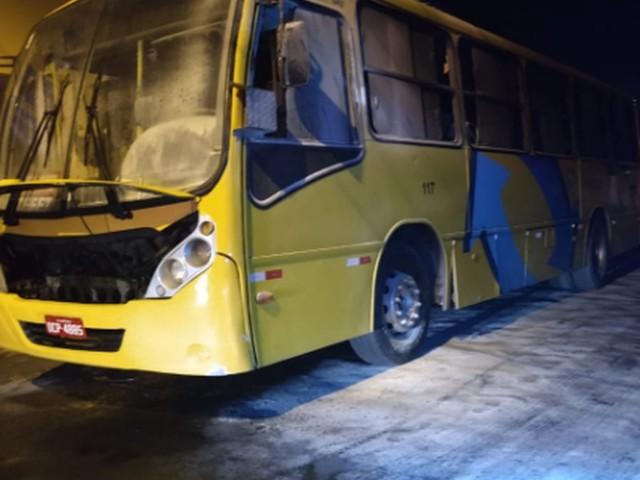 Ônibus é alvo de ataque incendiário em Fortaleza, e moradores apagam as chamas