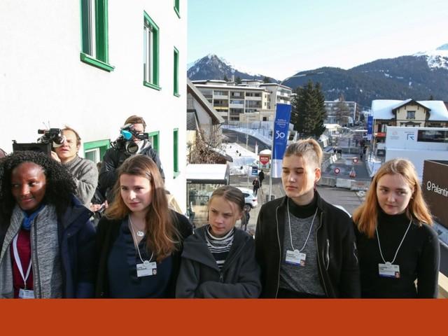Jovem ugandesa recortada de fotografia oficial de Davos onde aparecia com Greta