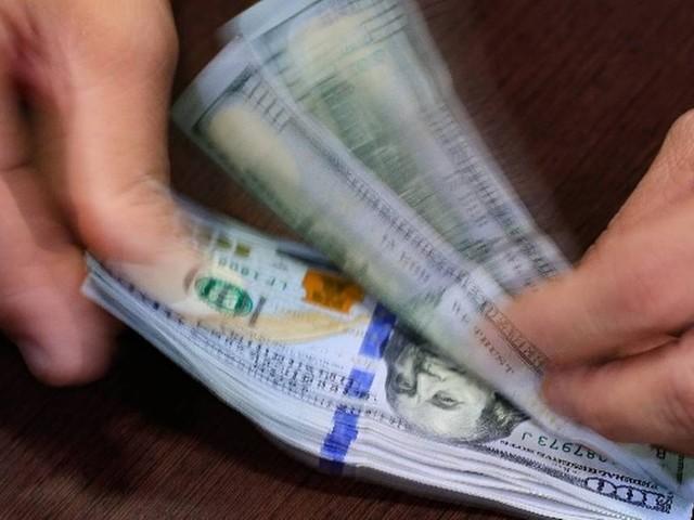 Dólar sobe, mas ainda está na faixa de R$ 3,74; Bolsa recua nesta sexta