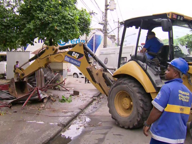 Officials in Rio Destroy Kiosks in Favela Patrolled by Army
